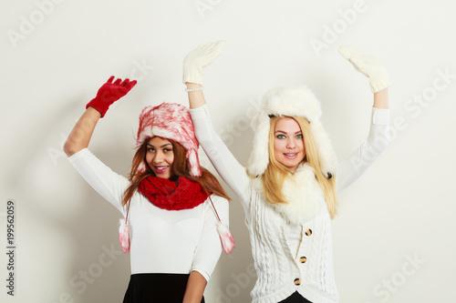 Dwie dziewczyny ciepłe zimowe ubrania zabawy.