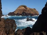 Madeira, Portugalia - skały nad oceanem w okolicach Porto Moniz