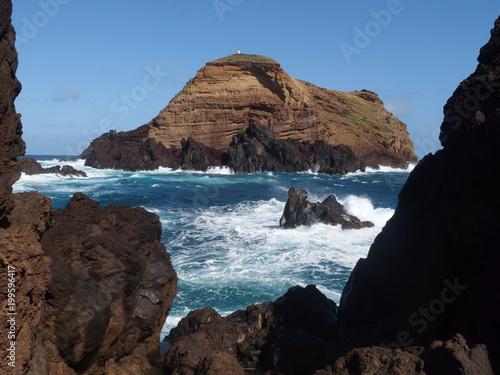 Madeira, Portugalia - skały nad oceanem w okolicach Porto Moniz - 199596417