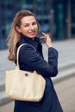 Attraktive Geschäftsfrau lächelt in die Kamera - 199614224