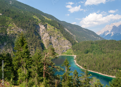 Foto op Aluminium Bergen Bergsee im Wald am Ufer mit Menschen