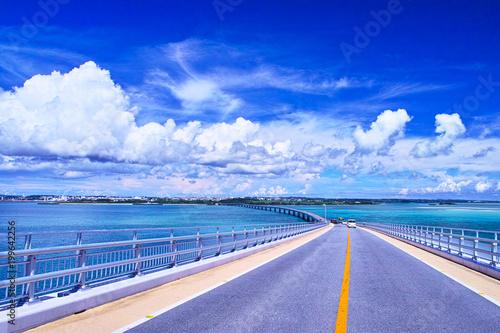 Foto op Plexiglas Donkerblauw 真夏の宮古島、伊良部大橋から見る宮古島方面の眺望