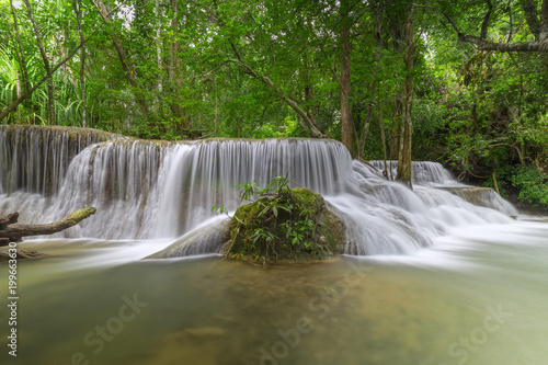 In de dag Olijf Beautiful Huay Mae Kamin Waterfall in Khuean Srinagarindra National Park, Kanchanaburi Province. Thailand