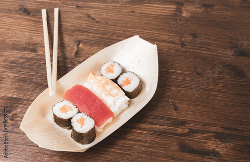 In de dag Sushi bar Sushi, a typical Japanese food prepared with a base of rice and various raw fish such as tuna, salmon, shrimp and sea bream.