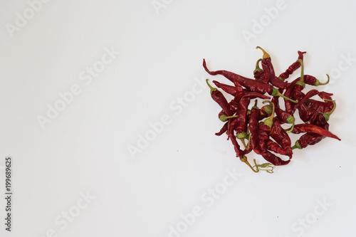 Fotobehang Hot chili peppers Gruppo di pepernocini essiccati