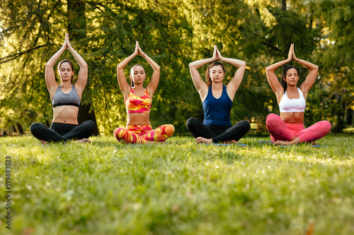 Foto op Aluminium School de yoga Yoga In The Park