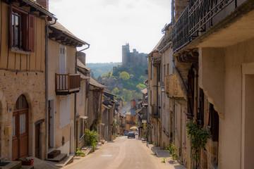 paseo por pueblo de piedra medieval