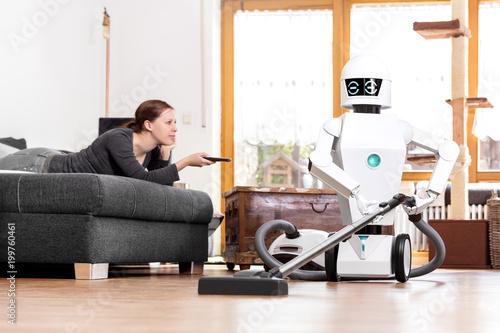 Haushaltsroboter mit Staubsauger - 199760461