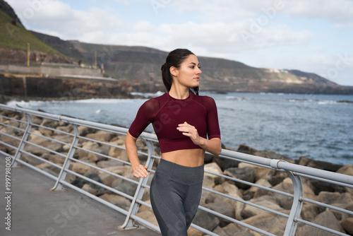 Aluminium Hardlopen Pretty brunette jogging by the sea