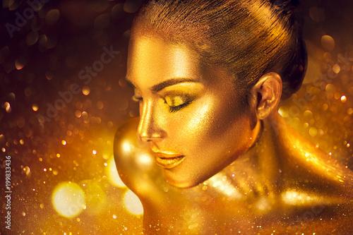 Fasonuje sztuki złotej skóry kobiety portreta zbliżenie. Złoto, biżuteria, akcesoria. Wzorcowa dziewczyna z złotego splendoru błyszczącym makeup