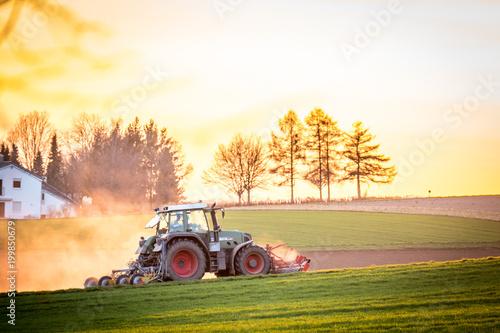 Fotobehang Trekker Traktor bei Sonnenuntergang