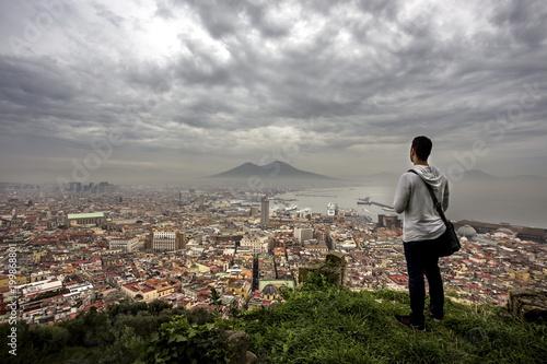 Fotobehang Napels Un uomo che guarda Napoli dall'alto della collina di San Martino, al Vomero