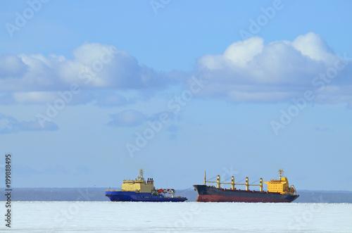 Dwa statki na horyzoncie Zatoki.