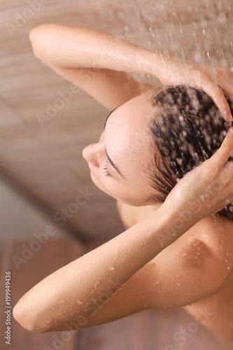 Młoda beautyful kobieta pod prysznic w łazience.