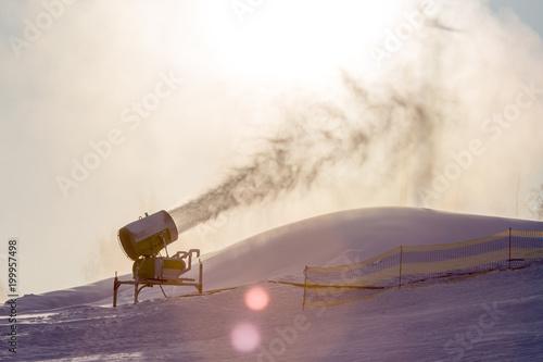 Armatki śnieżnej w ośrodku narciarskim w zimie