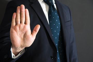 imporre con un gesto della mano