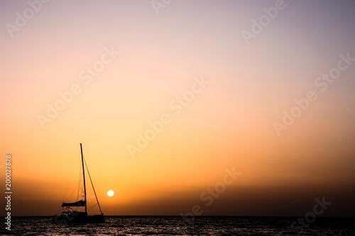 Sylwetka łódź żagiel o zachodzie słońca