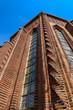 Gedrehte Säulen aus Klinkersteinen an der Schmuckfassade der denkmalgeschützen Kreuzkirche in Berlin-Schmargendorf, einem der wenigen expressionistischen Sakralbauten