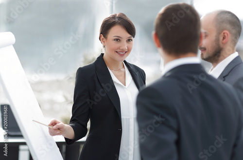 business woman showing a business team information on the flipchart - 200039681
