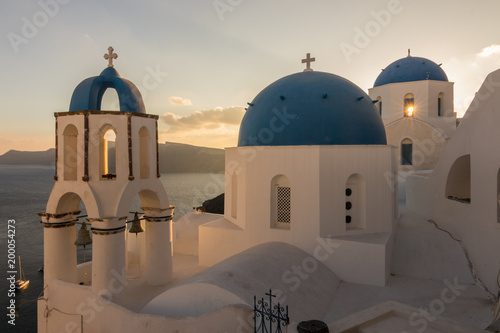 Tuinposter Santorini The view of epic village of Oia and the famous blue and white churches at Santorini