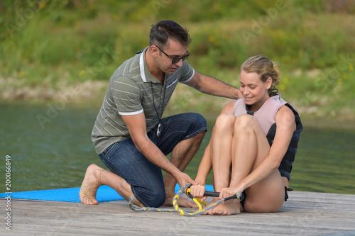 Kobieta uprawiania pozycji do jazdy na nartach wodnych