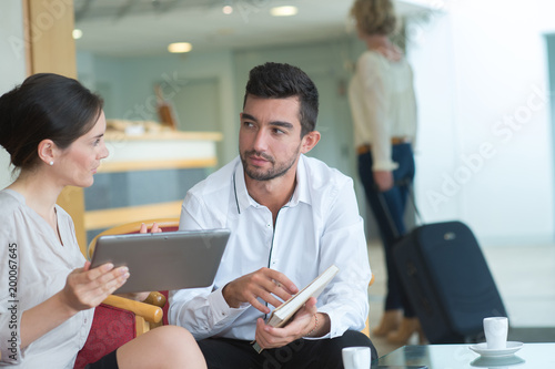 Ludzie o kawie podczas omawiania biznesu