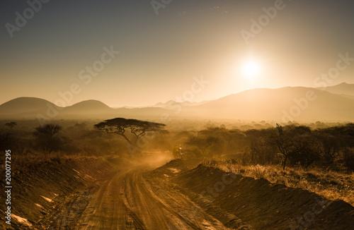 Keuken foto achterwand Ochtendgloren Auf Safari mit dem Jeep im Morgenlicht der Savanne in Kenia