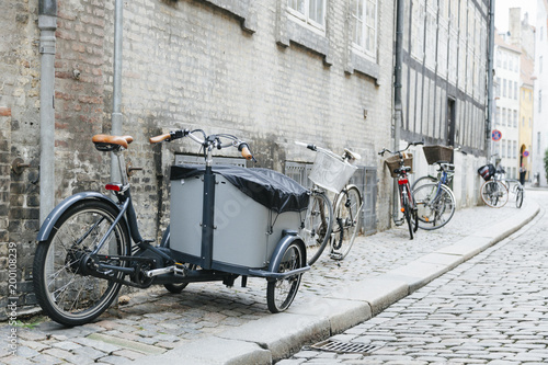 Foto op Plexiglas Fiets City cobbled sidewalk with bicycles