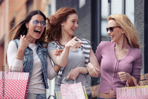 Young attractive girls with shopping bags in the city - 200132473