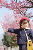 幼稚園の制服を着た幼児と桜 (3歳児)