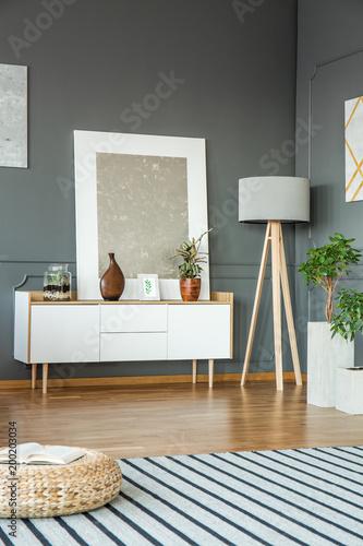 Srebrny obraz w salonie