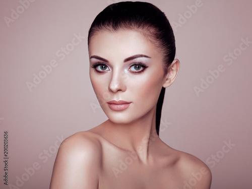 Foto op Plexiglas Kapsalon Beautiful Young Woman with Clean Fresh Skin. Perfect Makeup. Beauty Fashion. Eyelashes. Cosmetic Eyeshadow. Highlighting. Cosmetology, Beauty and Spa