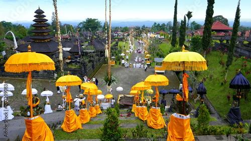 Keuken foto achterwand Bali Blick hinab vom Muttertempel in Besakih über gelbe und weiße Schirme wegen Vollmondfest
