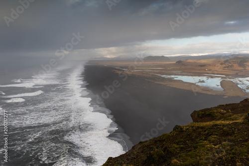Plexiglas Grijs Islanda, la terra dei vichinghi. Spiaggia nera vista dal promontorio.