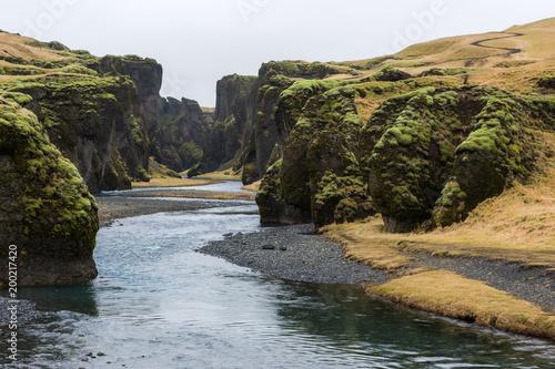 Foto op Plexiglas Zwart Islanda, la terra dei vichinghi. Paesaggio con montagne e fiume.