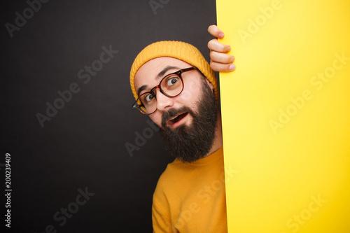 Bright ekspresyjny hipster za żółtym sztandarem