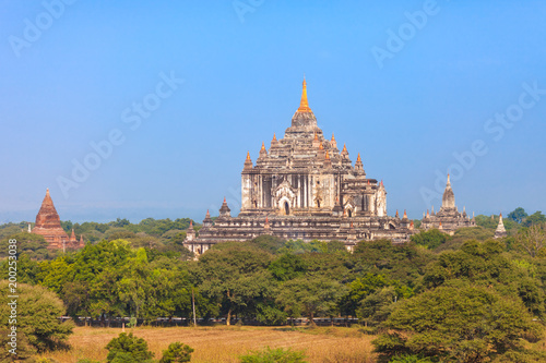 Foto op Plexiglas Ochtendgloren Myanmar. Gawdawpalin Temple is two storeys tall, and contains three lower terraces and four upper terraces and is the second tallest temple in Bagan.