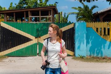 Eine junge Frau in der Karibik auf Jamaika © ajlatan