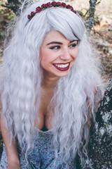 Preciosa chica con el pelo blanco en un bosque