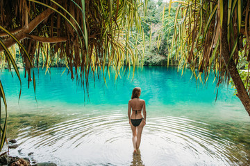 Eine junge Frau in Blue lagoon auf Jamaika © ajlatan