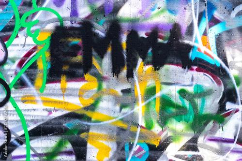 Buntes Graffiti an einer Hauswand - 200279240