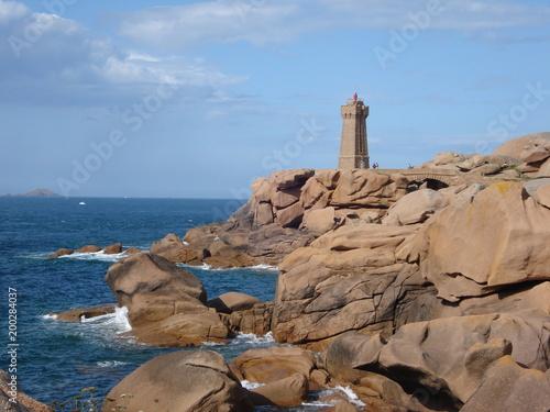 le phare de ploumanac'h en bretagne sur la côte de granit rose - 200284037