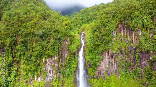 wodospad w tropikalnej dżungli