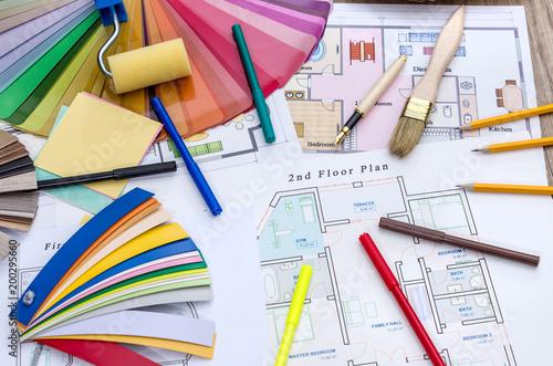 Koncepcja architektoniczna - plan domu, kolorowe i drewniane próbki, pędzel i narzędzia pracy