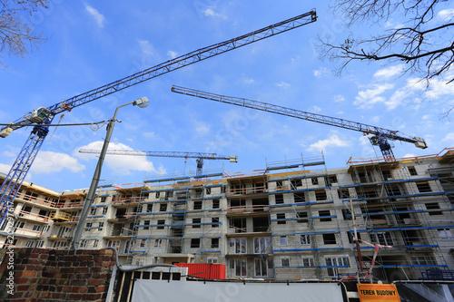 Ogromne dźwigi na budowie domów we Wrocławiu.