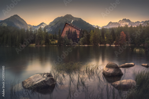 Foto op Aluminium Bergen Strbske Pleso Mountain Lake in High Tatras Mountains, Slovakia with Rocks and Grass in Foreground
