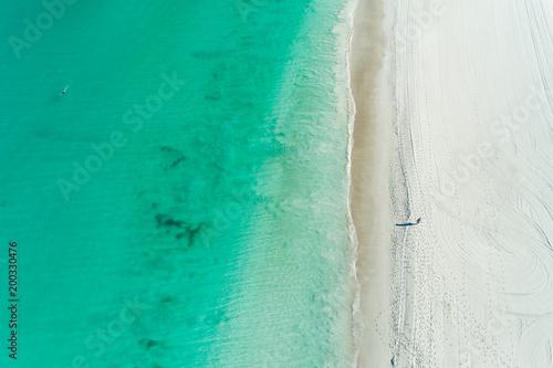 widok z lotu ptaka letniej plaży sceny z linii brzegowej turkusowe wody i piaszczystej plaży