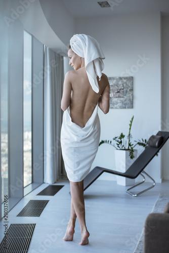 Foto Spatwand Konrad B. Pretty brunette lady in the spa