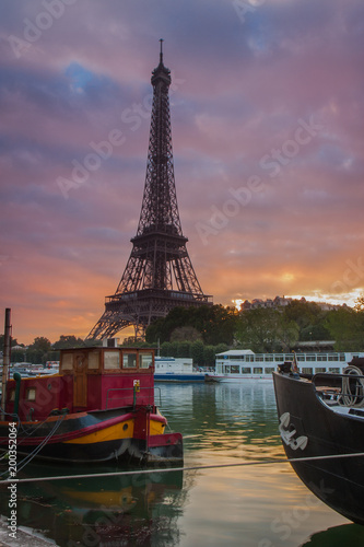 Foto op Plexiglas Parijs Tour Eiffel from Port Debilly