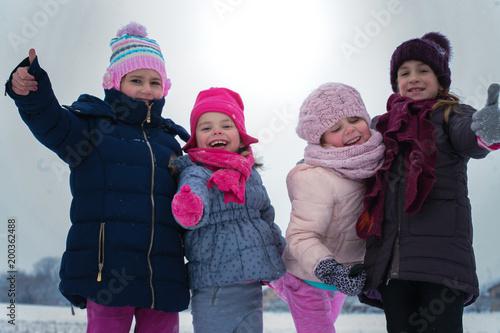 Portret małe dziewczynki przy zima sezonem.